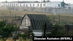 Вид на бараки тюрьмы близ села Гранитный Акмолинской области. 12 августа 2010 года.