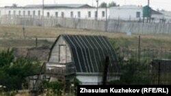 На крыше этого барака бунтовщики вывесили простыни со своими требованиями, поселок Гранитный, Акмолинская область, 12 августа 2010 года.