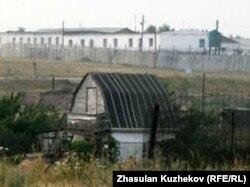 На крыше этого барака бунтовщики вывесили простыни со своими требованиями, село Гранитный Акмолинской области, 12 августа 2010 года.