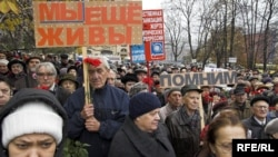 В Москве ветераны ГУЛАГа и их родственники в этот день приходят к Соловецкому камню на Лубянке