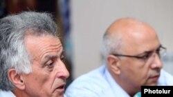 Հակոբ Սանասարյանը (ձախից) լրագրողների հետ հանդիպմանը: