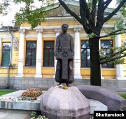 Пам'ятник історику Дмитру Яворницькому біля Дніпровського історичного музею його імені