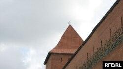Адноўленыя вежа ісьцяна Лідзкага замку.
