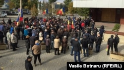 Протестующие перед зданием Национального антикоррупционного комитета Молдовы требуют освободить Ренато Усатого