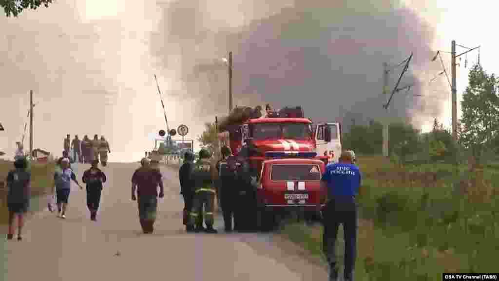 Сотрудники МЧС России эвакуируют жителей из села Каменка, расположенного по соседству с военным хранилищем.
