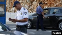 Bosnje e Hercegovinë - Policë boshnjak dhe kroat duke kontrolluar pasaportat në vendkalimin kufitar Klek-Neum