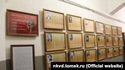 """Стенд на выставке """"Вершители судеб"""" в томском музее"""