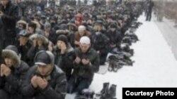 Мусульмане молятся на улице. Российский город Новосибирск.