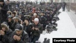Novosibirskdə şaxtalı havada cümə namazı