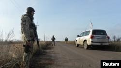 Украинские военные и машина наблюдательной миссии ОБСЕ близ села Богдановка Донецкой области. 8 ноября 2019 года.
