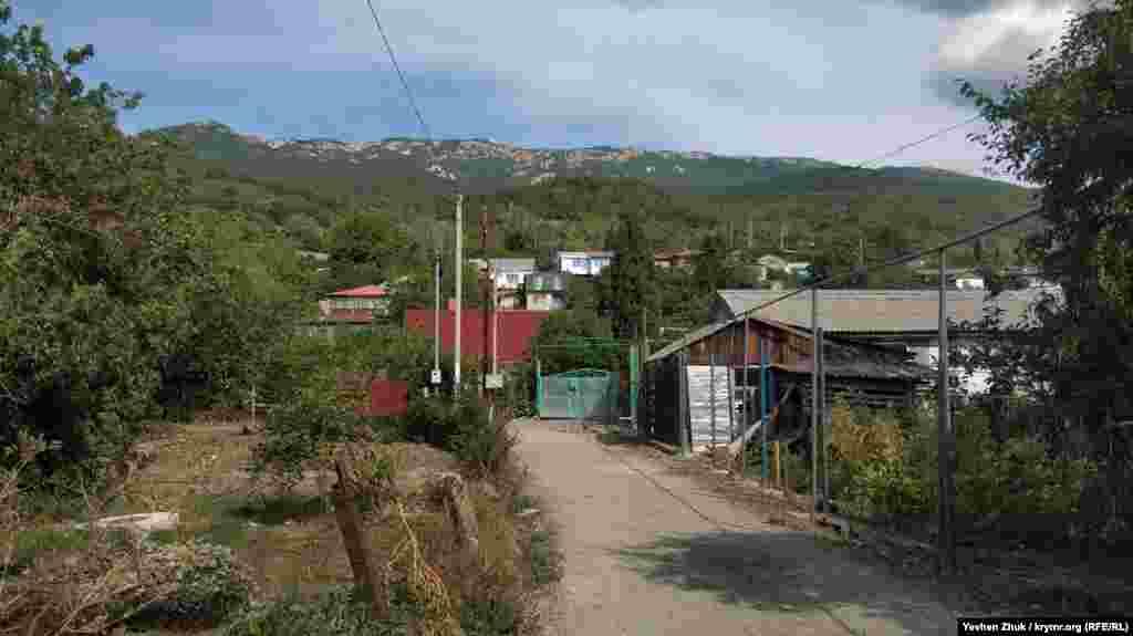 Село расположено на высоте 369 метров на уровне моря, выше начинается Бабуган-Яйла