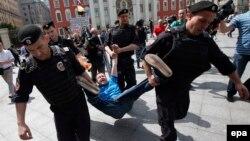 Затримання ЛГБТ-активіста Миколи Алексєєва на акції ЛГБТ-спільноти в Москві, Росія, травень 2015 року