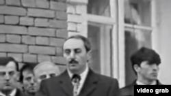 Джохар Дудаев выступает на похоронах Звиада Гамсахурдия в Грозном, 1994 г.