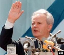 Vučić je bio deo Miloševićeve politike koja je 1990-ih definitivno udaljila Albance od Srbije (Foto: Slobodan Milošević u Prištini, juna 1997.)