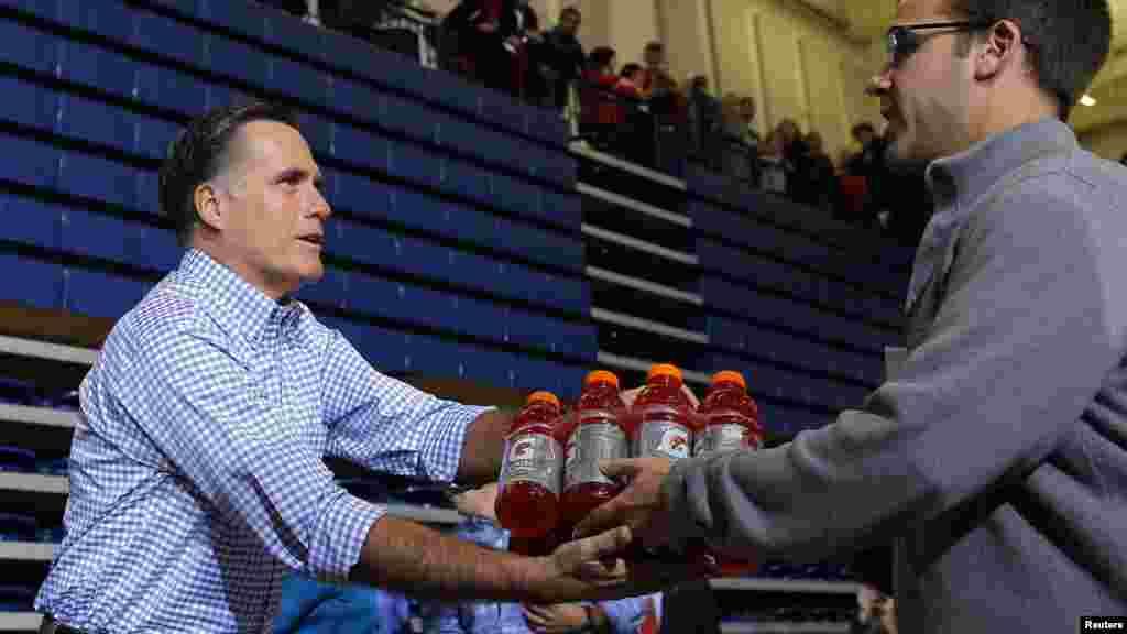 Президенттікке кандидат Митт Ромни Огайо халқына көмектесіп жатыр. 30 қазан 2012 жыл