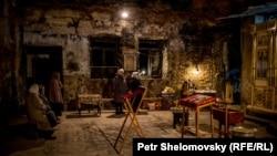 Пасхальная служба в разрушенной православной церкви в Петровском районе Донецка – 11 апреля 2015 года