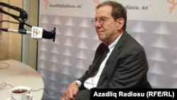 Ադրբեջանում ԱՄՆ դեսպան Ռիչարդ Մորնինգսթարը «Ազատություն» ռադիոկայանի Բաքվի ստուդիայում, արխիվ