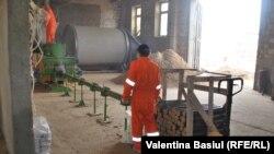 Linia de producere a brichetelor din rumeguş din comuna Ghidighici.