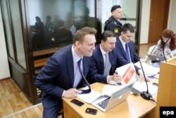Алексей Навальный и его юристы в суде