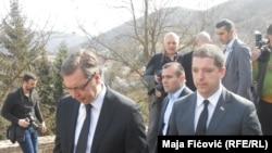 Aleksandar Vuçiq (majtas) dhe Marko Gjuriq gjatë vizitës së sotme në pjesën veriore të Kosovës