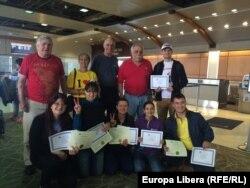 Blogger moldoveni cu familia gazdă la aeroportul din Greensboro