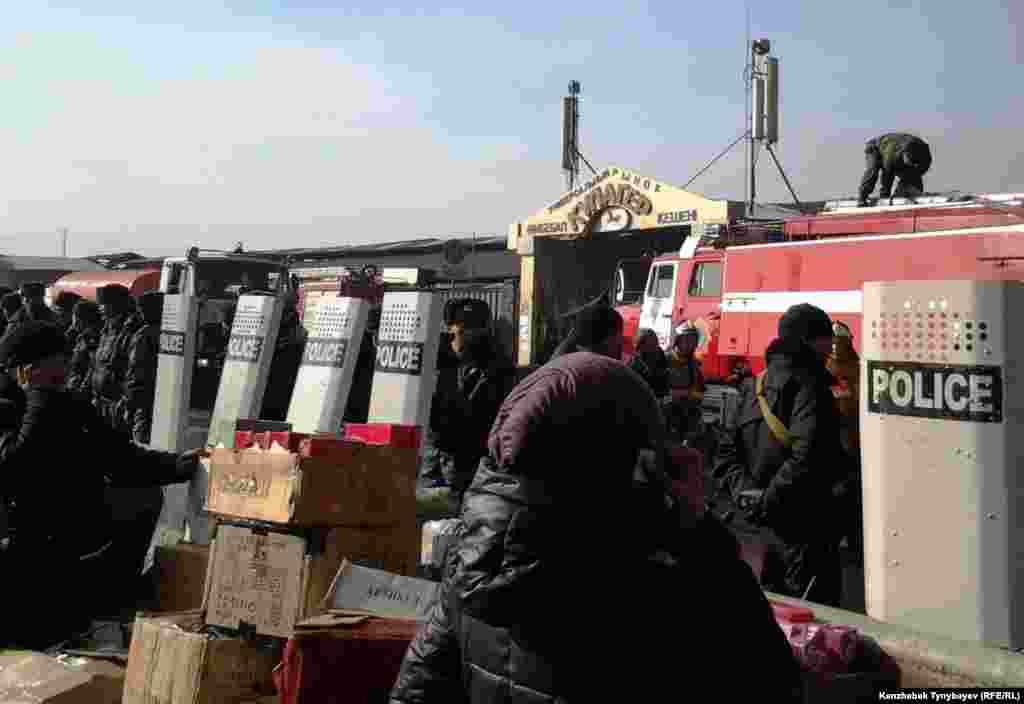 Азаттық тілшісі оқиға орнына жеткенде өртеніп жатқан базарларды сыртынан полиция қоршап тұр екен. Алматы, 17 қараша 2013 жыл.