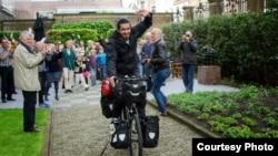 هومن راورپور در لحظه آغاز سفر از هلند.