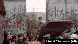 Գերմանիայի վերամիավորման պահանջով ցույցի մասնակիցներն ավերում են Բեռլինի պատը, նոյեմբեր, 1989թ․