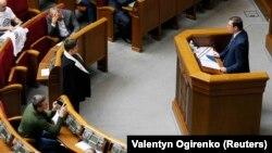 Надежда Савченко слушает в Верховной Раде выступление генерального прокурора Юрия Луценко. 22 марта 2018 года