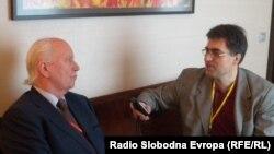 Thorvald Stoltenberg u razgovoru sa Draganom Štavljaninom