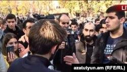 Protest împotriva serviciului militar în fața parlamentului de la Erevan, 15 noiembrie 2017.
