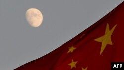 Флаг Китая на фоне Луны