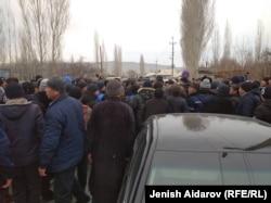 Народ, собравшийся после инцидента на границе.