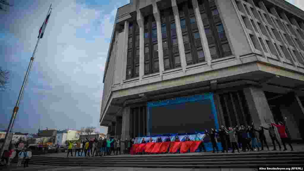 Артисты с флагом России во время танца