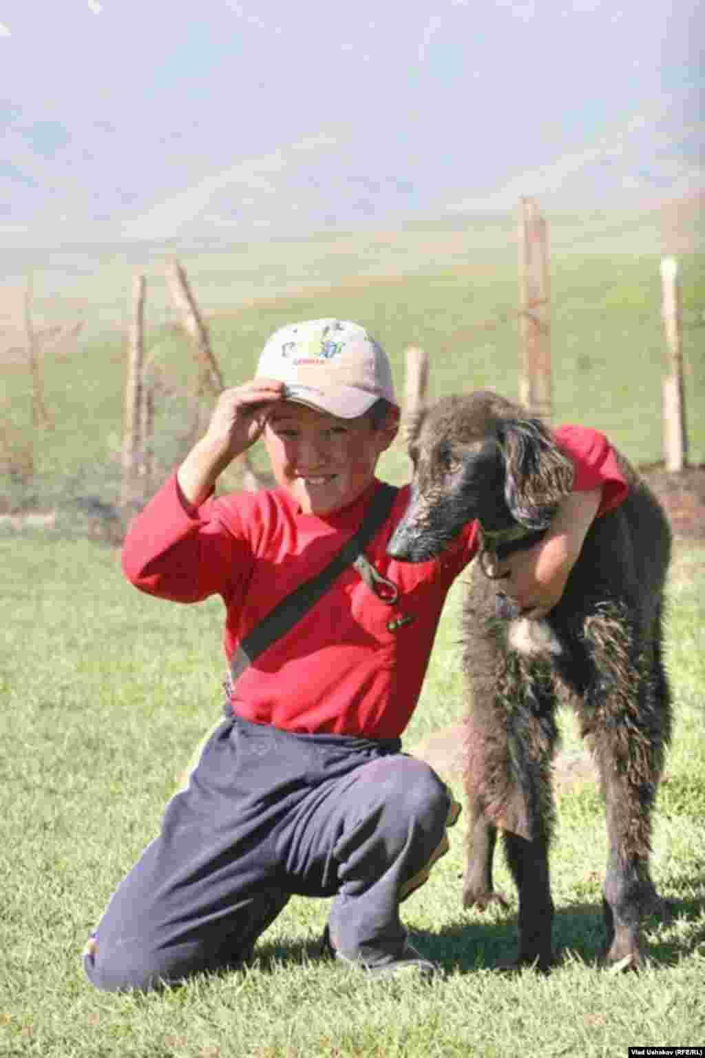 Тайганы живут и охотятся в глухих, труднодоступных районах Кыргызстана, на высоте 2-3 тысяч метров над уровнем моря.