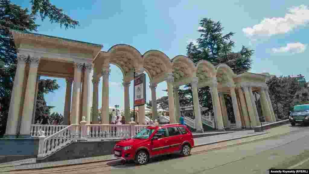 Главный вход в парк в виде классической колоннады соорудили в 1954 году. В 2012 году ее капитально отреставрировали