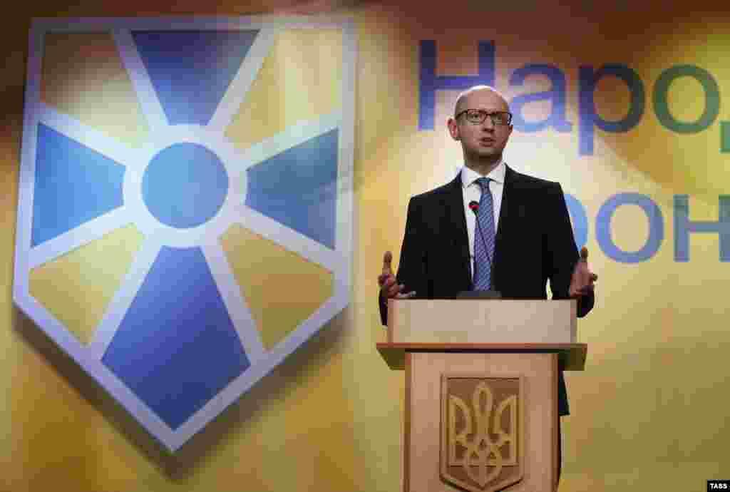 Арсеній Яценюк під час виступу на з'їзді партії«Народний фронт». Київ, 10 вересня 2014 року