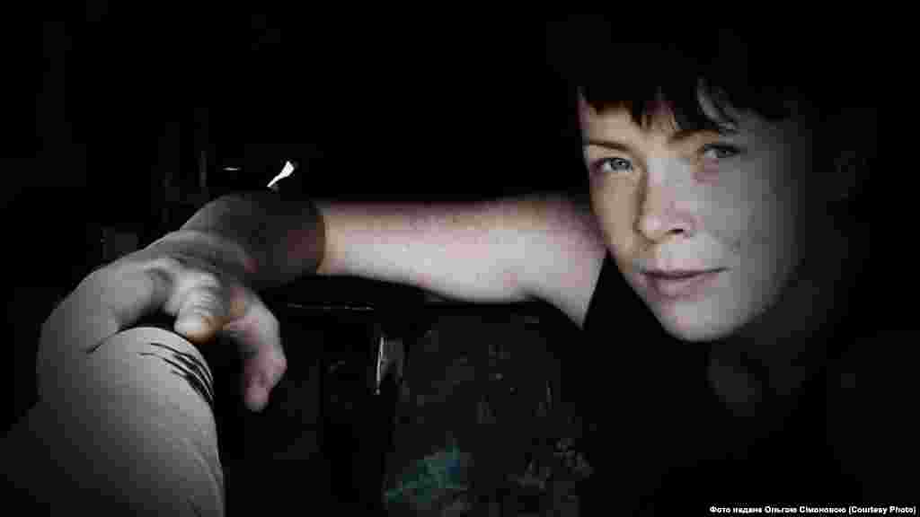Ольга Сімонова,24-а окрема механізована бригада імені Данила Галицького: «Мій перший обстріл був у 2015-му в Луганському. Ми тоді тільки заїхали, не встигли речі розвантажити, як почали стріляти, і нам кричать: «Ховайтеся!». Ще не знаєш, куди бігти, біжиш за всіма… Тоді я ще не розуміла, що відбувається, але втямила, що таке «приліт». Страшно було, коли нас якось у Пісках фосфорними мінами крили. Вони землю пропалюють на метр углиб, здається. Від таких нікуди не сховаєшся… Ти просто стоїш і розумієш, що це все. Що ти нікуди не втечеш і зробити вже нічого не можеш».
