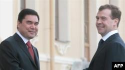 Түркмөнстандын президенти Гурбангулы Бердымухаммедов менен Орусия президенти Дмитрий Медведев.