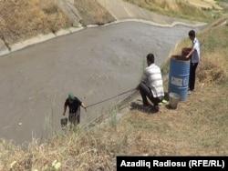Жители села Гадик набирают воду из канала. Азербайджан, 28 июня 2013 года.