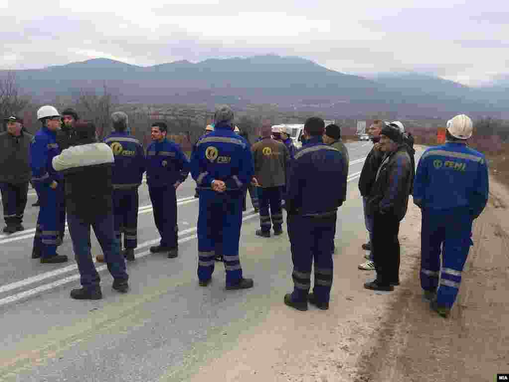 МАКЕДОНИЈА - Членови на синдикатот на фабриката Фени, поради неисплатени плати, го блокира патниот правец Градско-Прилеп. Последните неколку недели Фени е во врвот на економските збиднувања во Македонија поради неисплатените плати и стечајната постапка.