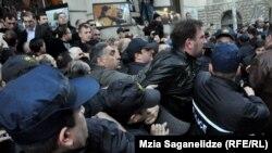 Китепканадагы зомбулуктан улам президент Саакашвили бул жерде сүйлөй албай калды, 8-февраль, 2013