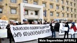 Остановившись у входа в здание канцелярии правительства, Ираклий Церетели выкрикнул: «Квирикашвили, выходи, поговори со сванами!»