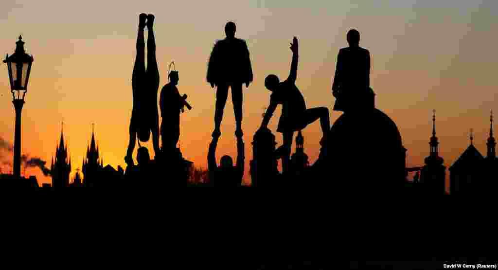Вулічныя артысты на сьвітаньні на Карлавым мосьце ў Празе, Чэхія.