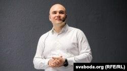 Віктар Пракапеня падчас выступу ў«Інтэлектуальным клюбе» Сьвятланы Алексіевіч. 13 чэрвеня 2019 году