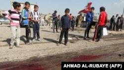 أطفال يتجمّعون في مكان إستهدفه تفجير بسيارة مفخخة في مدينة الصدر ببغداد