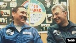 """Командир экипажа """"Союз-ТМ-32"""" Талгат Мусабаев и бортинженер Юрий Батурин. Байконыр, 27 апреля, 2001г."""