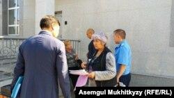 Группа граждан пришла в «Назарбаев центр». Нур-Султан. 16 августа 2019 года.