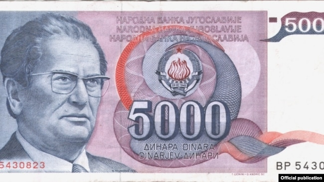 'Meni se čini da se Jugoslavija definitivno raspala sa onim Miloševićevim upadom u monetarni sistem.' (Novčanica Narodne banke Jugoslavije sa Titovim likom iz serije 1985. godine)