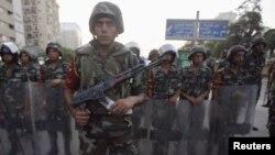 Egjipt - Ushtarët e pozicionua para selisë së Gardës Kombëtare, 03Korrik2013